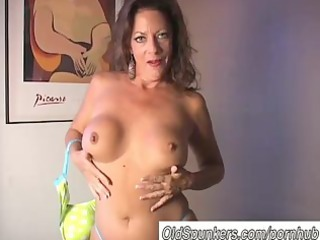hawt cougar disrobes and frigs her juicy cum-hole