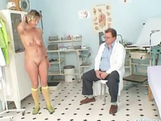 vanda has her lascivious mature pussy opened by