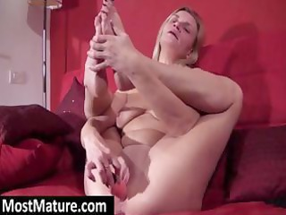 golden-haired milf widens these legs wide so she