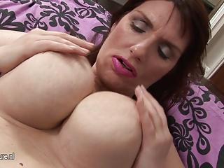 nice-looking big brested amateur mom masturbate